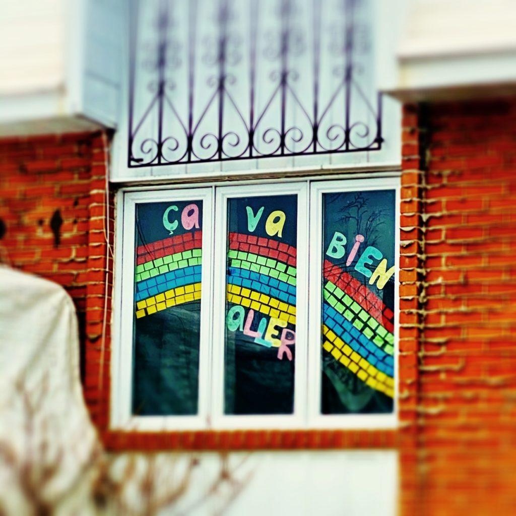 """Un collage d'arc-en-ciel """"ça va bien aller"""" dans la fenêtre d'une maison. Montréal, Québec. Crédit Photo : Le journal d'Anathalie."""